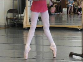 [Photo] A young JKO School Level 5 student during an hour-long pointe demonstration at the  ABT/NTC Levels 4 and 5 training in July, 2010 [Photo]